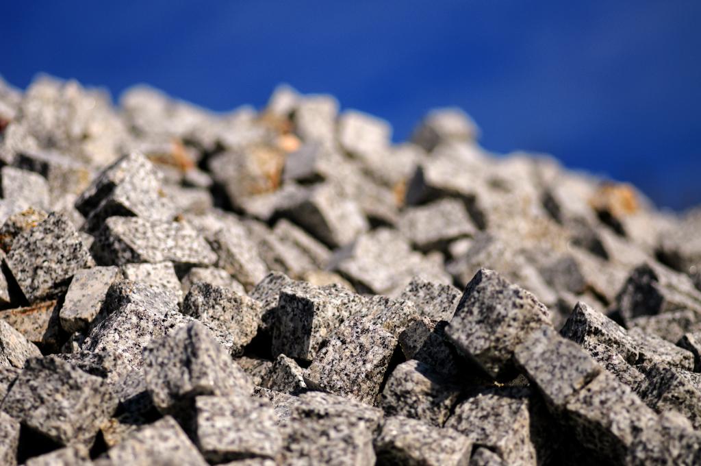 Kostka z granitu, kostka granitowa w standardowych wymiarach 4/6, 6/8, 8/10 i 15/17 szara, szaro-ruda, ruda, czarna i czarwona