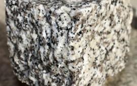 kostka z granitu